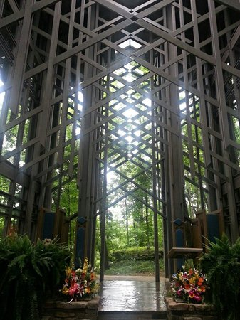 Thorncrown Chapel: Altar.