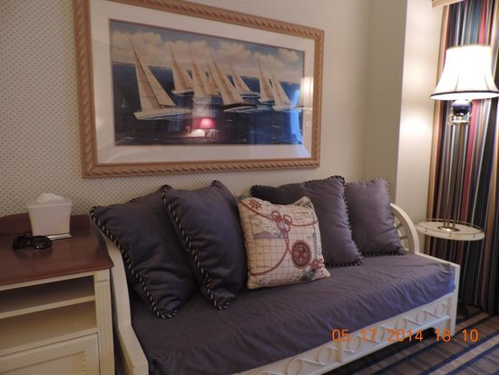 Disney's Yacht Club Resort: Day bed in the room