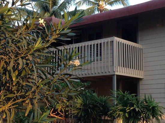 Days Inn Maui Oceanfront: Balcón para acceder a la habitación de piso superior