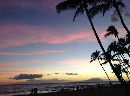 Days Inn Maui Oceanfront: Atarceder en la playa