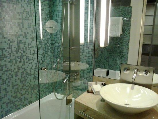 The Penz Hotel: Los baños son espaciosos y funcionales