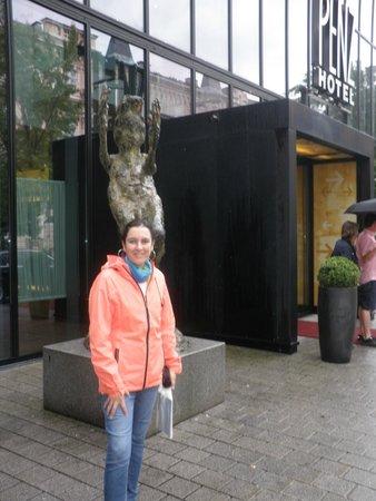 The Penz Hotel: Monumento al minotauro en su entrada
