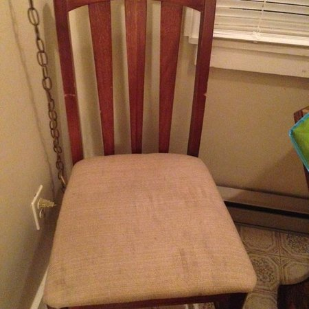 Kennebunk Gallery Motel and Cottages: Dirty table chairs