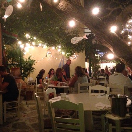 L'atmosfera magica del Marmita, lucine e fiori in un giardino segreto, nel centro di Skiathos To