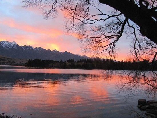 Villa Del Lago: Sunrise view on the trail from Vista del Lago to Queenstown