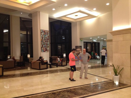 Holiday Inn Resort Dead Sea: Lobby and comfortable seating