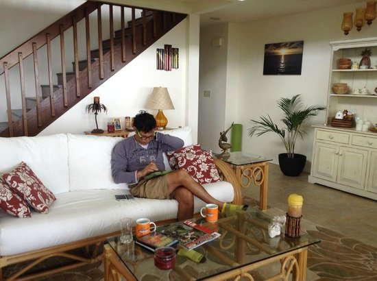 Tiki Wa Guest House & Coffee Plantation: My husband reading in the living room