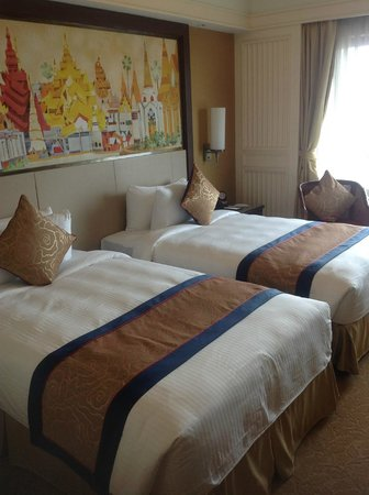 Sule Shangri-La Yangon: TWIN BEDS IN OUR ROOM