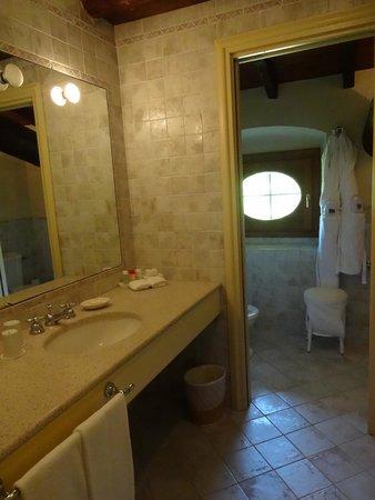 Palazzo Arzaga Hotel Spa & Golf Resort: kleines Bad im Dachbereich