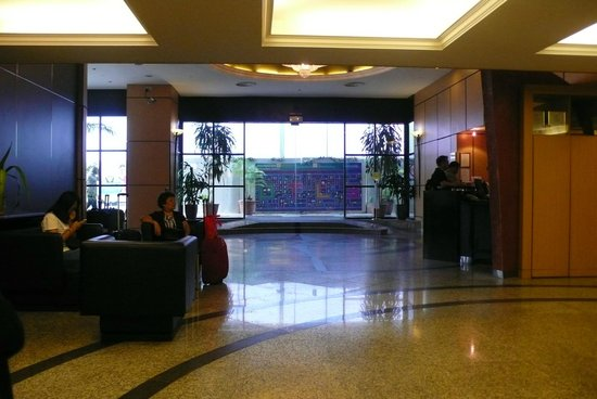 Bayview Hotel Singapore: Entrance to the hotel,looking outward.