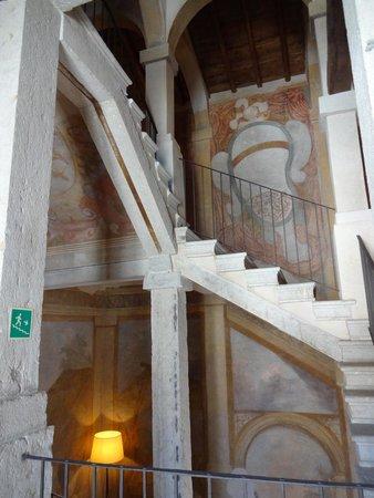 Palazzo Arzaga Hotel Spa & Golf Resort: Treppenhaus