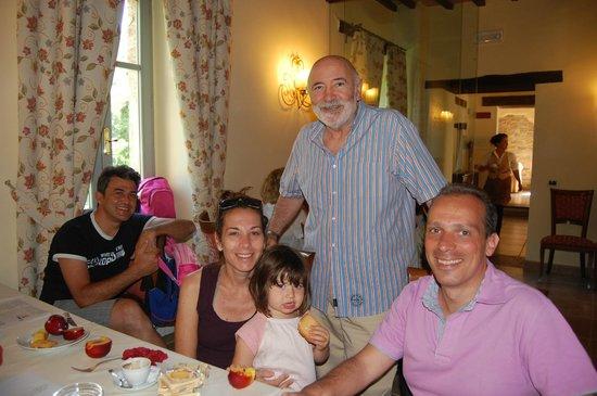 Borgo Le Terre Del Verde: il direttore con gli ospiti
