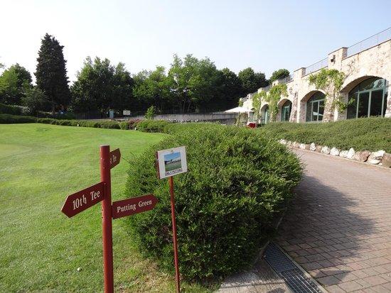 Palazzo Arzaga Hotel Spa & Golf Resort: Blick über die Außenanlagen