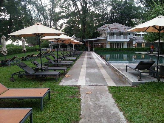 Lone Pine Hotel : الحديقة والمسبح