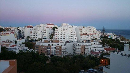 Cerro Malpique Aparthotel: Parte da vista de Albufeira que se tem da área da piscina