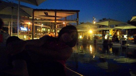 W Barcelona : bar près de la piscine