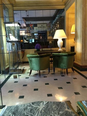 Hotel d'Angleterre : Space between reception and restaurant