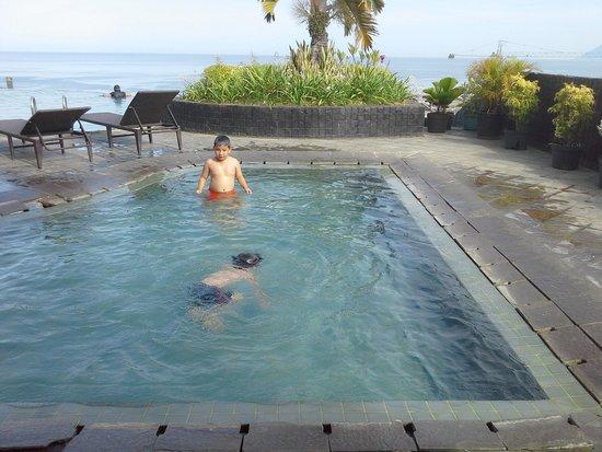 Aryaduta Manado: berenang