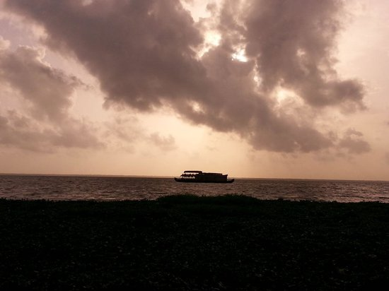 Abad Whispering Palms Lake Resort: House boat in lake