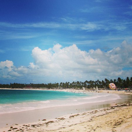 Punta Cana Princess All Suites Resort & Spa : Beach right off the resort. Private beds, chairs and shade