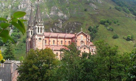 Basílica de Santa María la Real de Covadonga: kathedraal covadonga