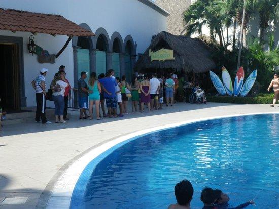 Crown Paradise Club Puerto Vallarta: Big line to eat
