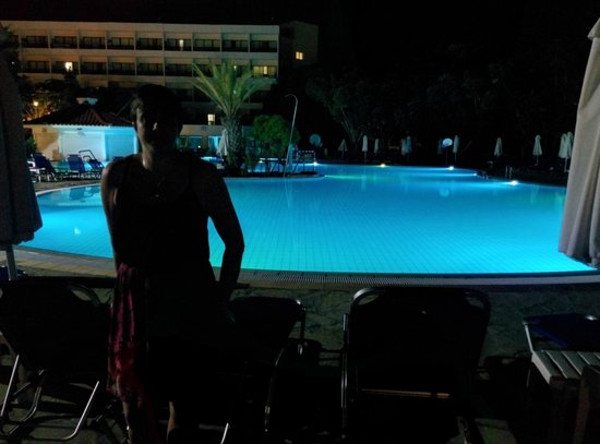 Avanti Hotel : Pool at night