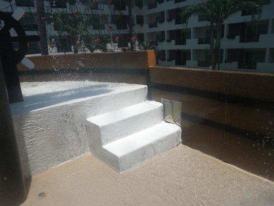 Crown Paradise Club Puerto Vallarta: No handrail Dangerous situation for kids