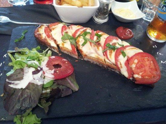 La Villa Gourmande : Tartine tomate mozarella accompagné de sa salade