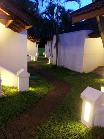 Abad Whispering Palms Lake Resort: Way to lake view rooms.