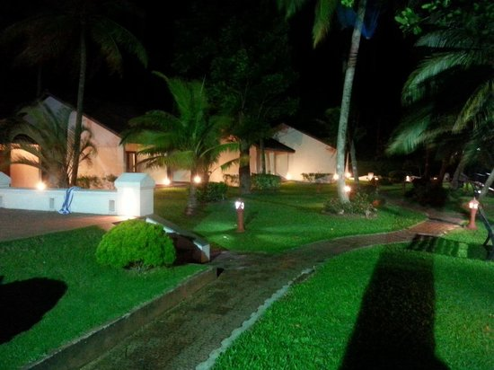 Abad Whispering Palms Lake Resort: garden and cottages.