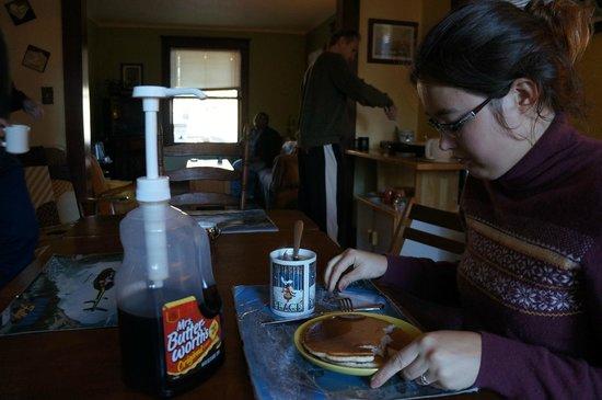 Wanderfalls Guesthouse & Hostel: Характерный завтрак.