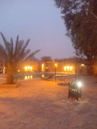 Les Portes du Desert: la piscine le soir