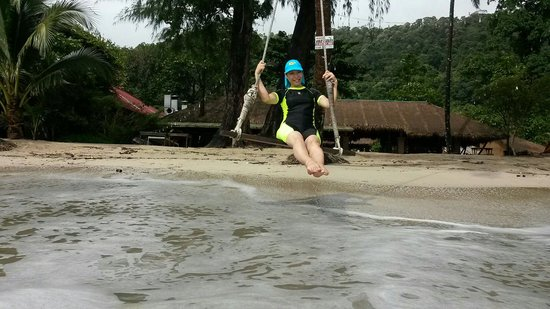 Koh Chang Resort & Spa: Swing in front of Koh Chang Resort and Spa