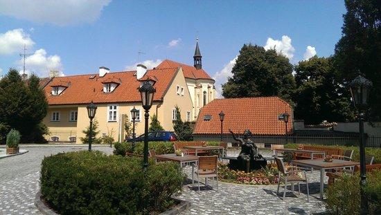 Lindner Hotel Prague Castle: Eingangsbereich vor dem Hotel