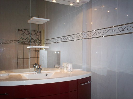 Chateau de Beaulieu : Americas Suite bathroom
