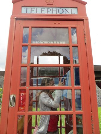 Musée Mémorial de la Bataille de Normandie : cabine téléphonique devant le musée