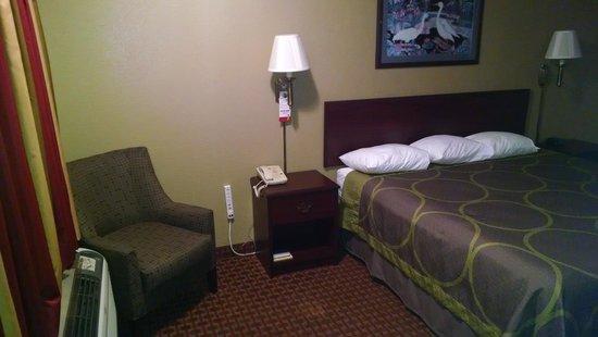 Super 8 Shawnee: room