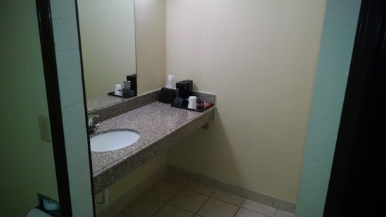 Super 8 Shawnee: bathroom