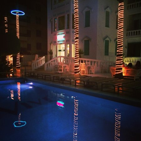 Hotel Es Vive: pool area at night