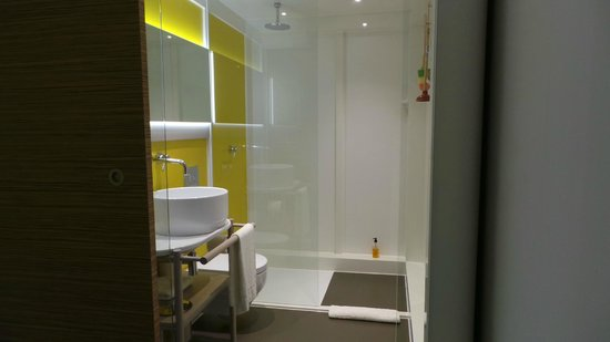 Qbic Hotel London City : Bathroom with monsoon shower
