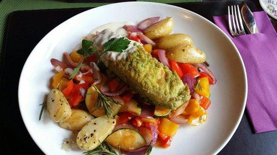 Restaurant & Cafe Sturmfrei: Hauptgang des Menüs (Lachs mit Gemüse und Rosmarinkartoffeln)