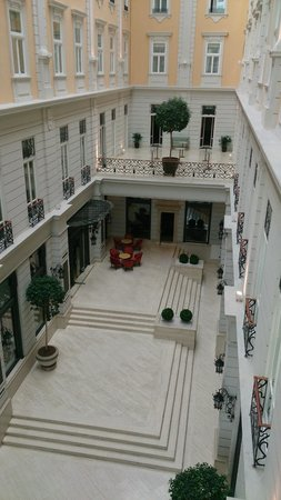 Corinthia Hotel Budapest: view of the lobby