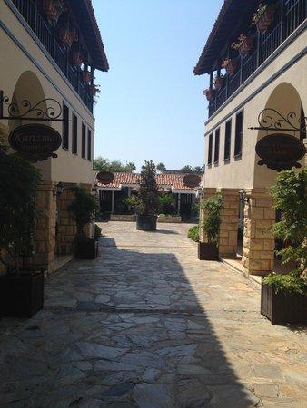 Paloma Grida Resort & Spa: Вторая половина центральной улочки