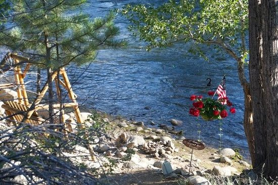 Mountain River Inn Bed & Breakfast: USA Flag & Flowers-GL