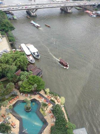 Shangri-La Hotel,Bangkok : View of Chao Phraya River and the pool from Horizon Club