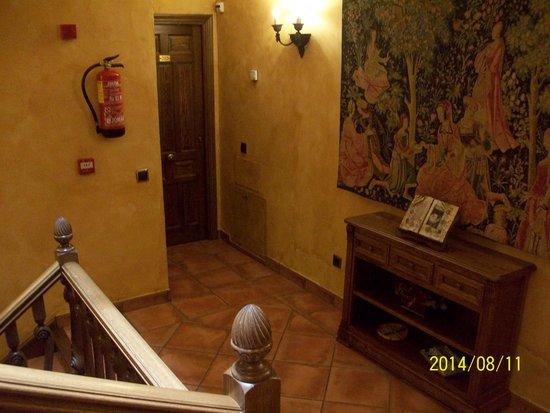 Hostal Rural Los Telares: el rellano del segundo piso...da alas habitaciones