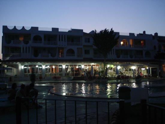 Residence Playa Romana : piscine + restaurant