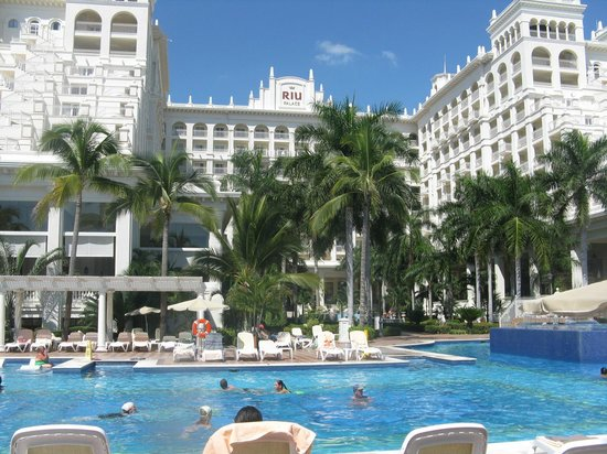 Hotel Riu Palace Pacifico: view of hotel from pool