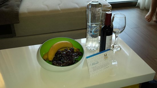 Avra Imperial Hotel : Rotten fruit with a welcoming card